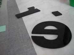 Buchstaben aus schwarzem Acryl